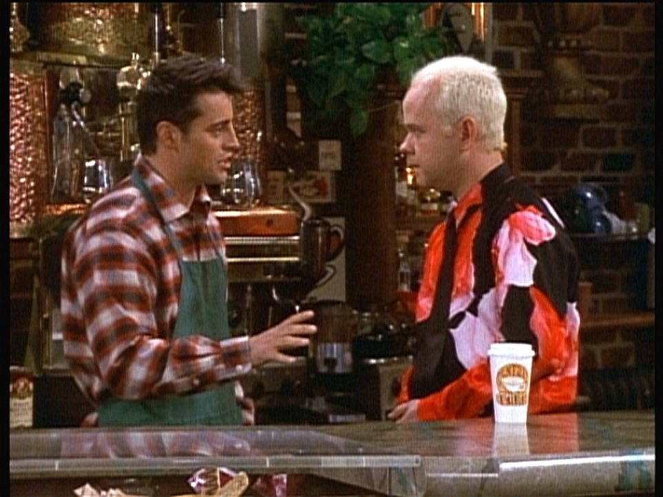 Joey (Matt LeBlanc, l.) hat einen Job in Gunthers (James Michael Tyler, r.) Café angenommen. - Bildquelle: TM+  2000 WARNER BROS.