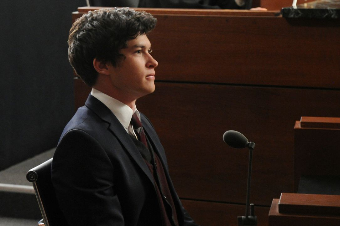 Was wird der Zeuge Zach (Graham Phillips) wirklich aussagen? - Bildquelle: Jeffrey Neira 2013 CBS Broadcasting, Inc. All Rights Reserved