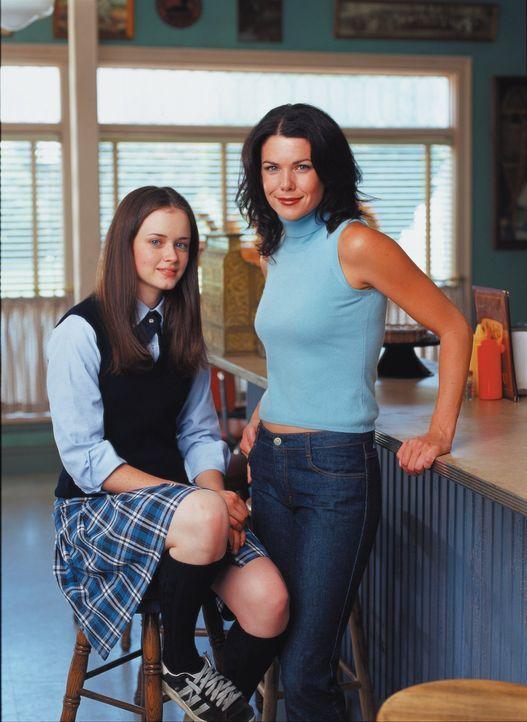 (1. Staffel) - Ein Mutter-Tochter-Gespann für alle Fälle: Rory (Alexis Bledel, l.) und ihre Mutter Lorelai (Lauren Graham, r.) ... - Bildquelle: 2000 Warner Bros.