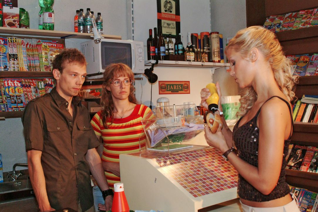Jürgen (Oliver Bokern, l.) muss sich verbal einiges von Sabrina (Nina-Friederike Gnädig, r.) gefallen lassen - und das ausgerechnet vor Lisa (Alexan... - Bildquelle: Monika Schürle SAT.1 / Monika Schürle