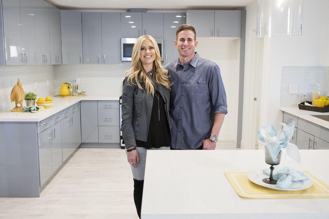 Hoffen mit ihrem hochwertigen Design auf einen gewinnbringenden Verkauf der Immobilie im Mid-Century-Stil: Makler-Paar Christina (l.) und Tarek (r.)... - Bildquelle: Gilles Mingasson 2016,HGTV/Scripps Networks, LLC. All Rights Reserved