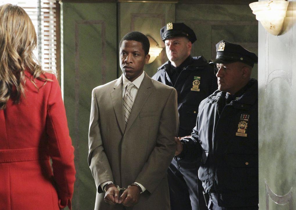 Der Verdächtige Otis Williams (Ray Stoney, 2.v.l.) wird aufs Revier gebracht, wo Kate Beckett (Stana Katic, l.) ihm auf den Zahn fühlen will. - Bildquelle: ABC Studios