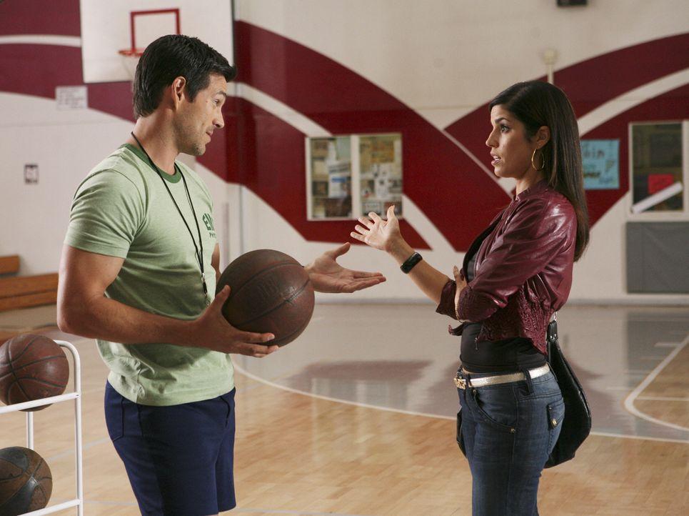 Hilda (Ana Ortiz, r.) muss erfahren, dass ihr Sohn Justin seinem Sportlehrer (Eddie Cibrian, l.) große Probleme bereitet ... - Bildquelle: Buena Vista International Television