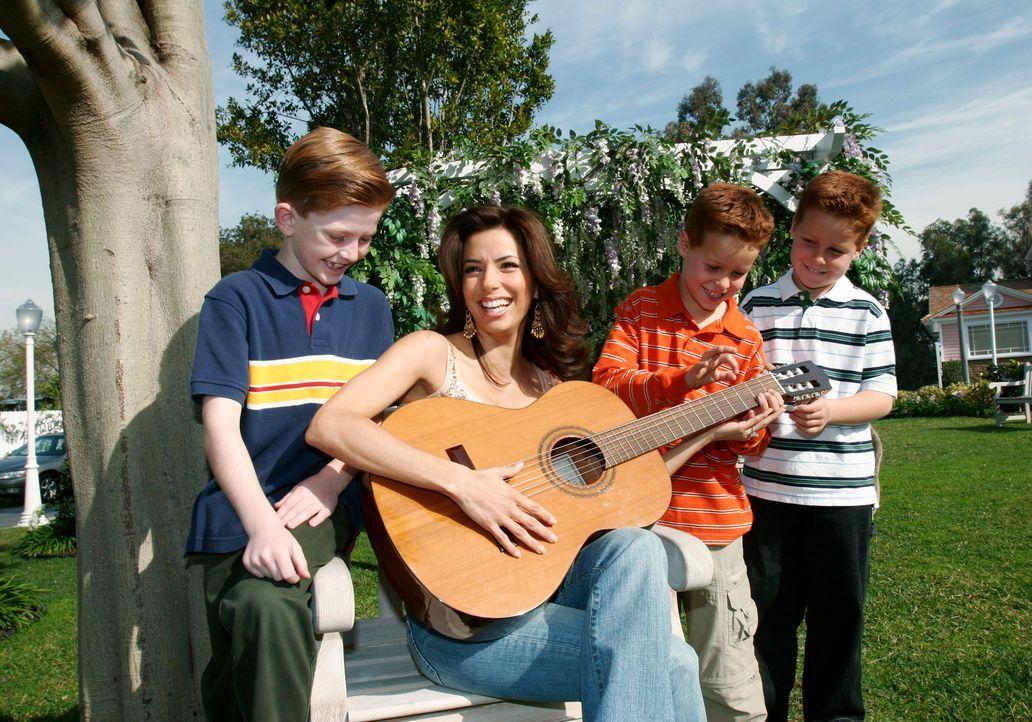 Gabrielle (Eva Longoria, 2.v.l.) und Carlos suchen nach geeigneten Fotos für die Adoptionsagentur, doch sie werden nicht wirklich fündig und deshalb... - Bildquelle: 2005 Touchstone Television  All Rights Reserved