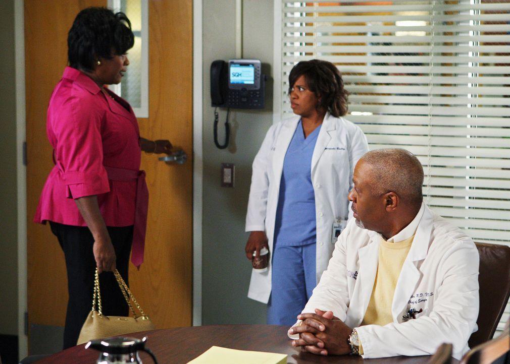 Der Streit zwischen Webber (James Pickens, Jr., r.) und Miranda (Chandra Wilson, M.) geht weiter. Adele (Loretta Devine, l.), die die verfahrene Sit... - Bildquelle: Touchstone Television