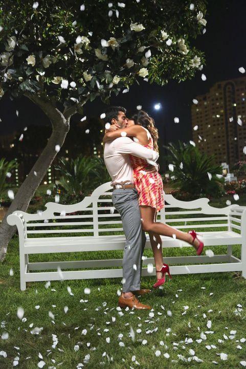 Jane (Gina Rodriguez, r.) und Rafael (Justin Baldoni, l.) kommen sich näher. Doch ist das wirklich wahr, oder nur ein Traum? - Bildquelle: 2014 The CW Network, LLC. All rights reserved.