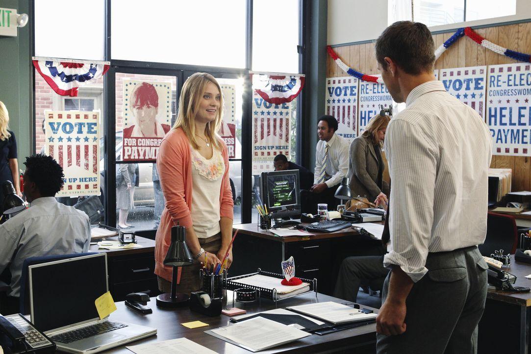 Casey (Spencer Grammer, l.) stellt Joel (Sam Page, r.), der ihr ein schlechtes Abschlusszeugnis für ihr Praktikum ausgestellt hat, zur Rede ... - Bildquelle: 2010 Disney Enterprises, Inc. All rights reserved.