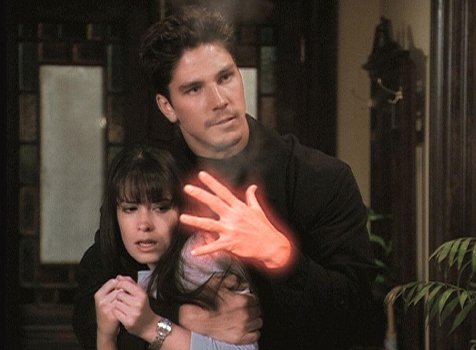 Alec (Michael Trucco, r.), ein Wächter der Finsternis, hat Piper (Holly Marie Combs, l.) in seiner Gewalt. - Bildquelle: Paramount Pictures