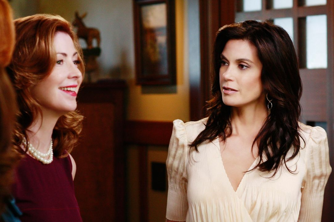 Während Susan (Teri Hatcher, r.) auf der Einweihungsparty von Katherine (Dana Delany, l.) entdeckt, dass diese ein von ihr für Mike gemaltes Bild vo... - Bildquelle: ABC Studios