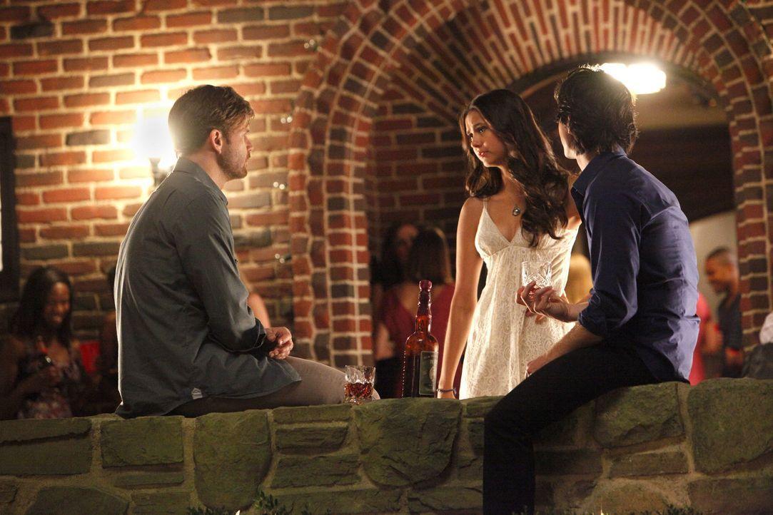 Alaric (Matt Davis, l.) und Damon (Ian Somerhalder, r.) feiern gemeinsam mit Elena (Nina Dobrev, M.) ihren 18. Geburtstag ... - Bildquelle: © Warner Bros. Entertainment Inc.