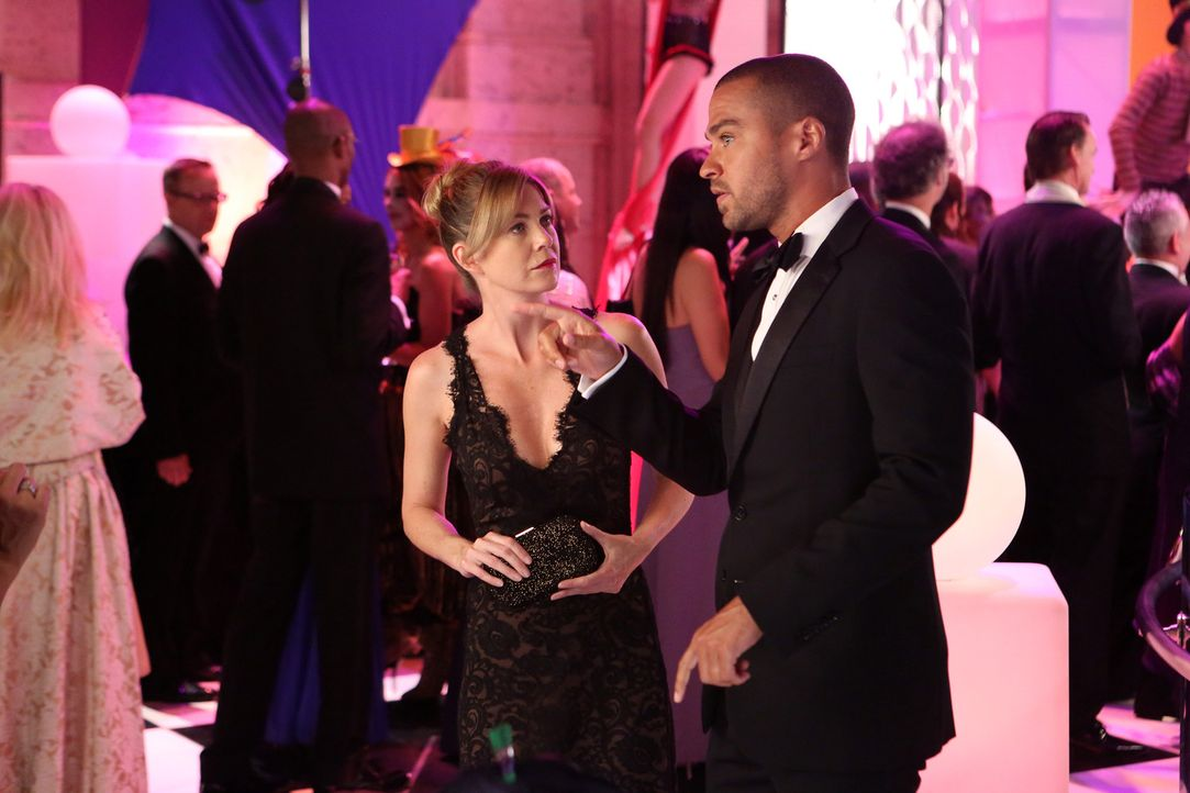 Auf der Spendengala des Memorial Hospital geht es rund: Jackson (Jesse Williams, r.) versucht, den warmen Champagner kalt zu stellen, während Mered... - Bildquelle: ABC Studios