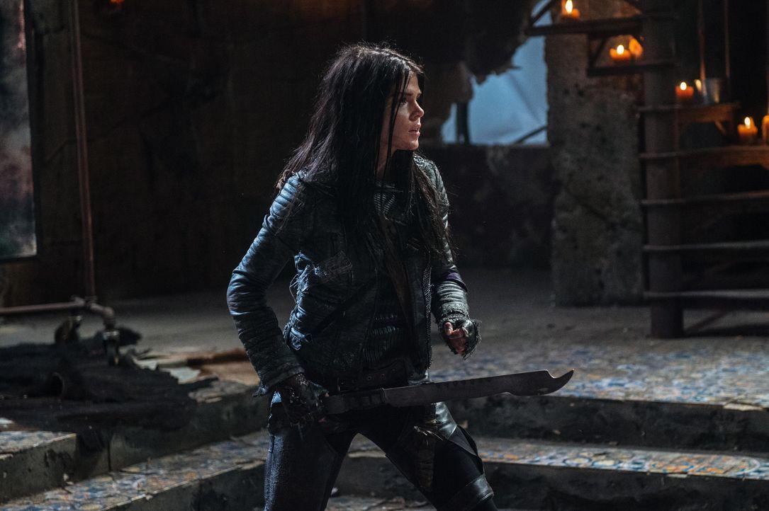 Octavia (Marie Avgeropoulos) trifft eine Entscheidung, die die ganze Mission des Wiederstandes in große Gefahr bringt ... - Bildquelle: 2014 Warner Brothers