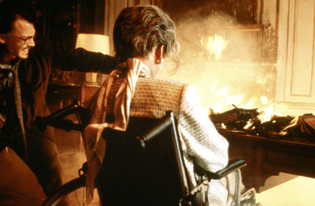 """Erneut kann der Buchexperte Dean Corso (Johnny Depp, l.) eines der drei wertvollen Exemplare des dämonischen Werkes """"The Ninth Gate"""" ausfindig mach... - Bildquelle: 20th Century Fox of Germany"""