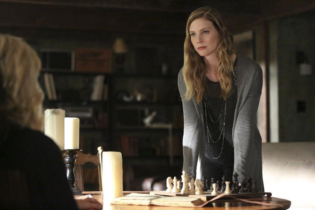 Valerie (Elizabeth Blackmore) macht Caroline klar, welche bedeutende Rolle sie einmal in Stefans Leben spielte ... - Bildquelle: Warner Bros. Entertainment, Inc.