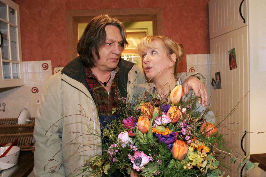 Helga (Ulrike Mai, r.) ist überwältigt, als Bernd (Volker Herold, l.) sie mit Blumen und einer Liebeserklärung überrascht. - Bildquelle: Noreen Flynn SAT.1 / Noreen Flynn