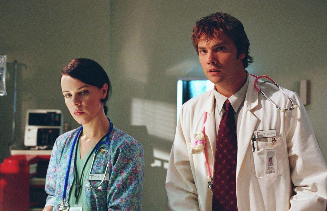 Kelly (Debroah Mazar, l.) und Matt (Barry Watson, r.) kämpfen um das Leben eines Patienten. - Bildquelle: Paul McCallum The WB Television Network
