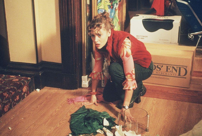 Aus Angst lässt Phoebe (Alyssa Milano) ein kostbare Vase fallen. - Bildquelle: Paramount Pictures