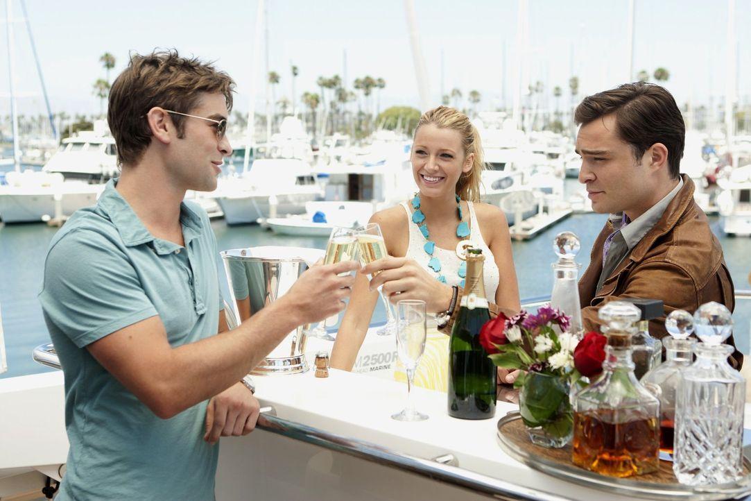 Chuck (Ed Westwick, r.) und Nate (Chace Crawford, l.) reisen nach Los Angeles und zusammen mit Serena (Blake Lively, M.) gehen sie auf eine Party in... - Bildquelle: Warner Bros. Television