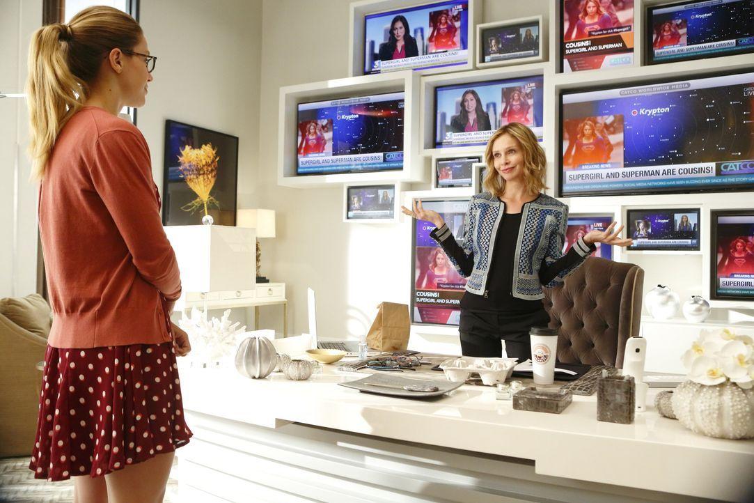 Cat Grant (Calista Flockhart, r.) verrät nicht nur der ganzen Öffentlichkeit, dass Supergirl Supermans Cousine ist, sondern publiziert auch noch ein... - Bildquelle: 2015 Warner Bros. Entertainment, Inc.