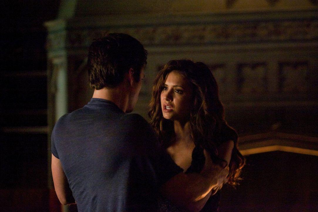 Auf der Suche nach dem Anker trifft Damon (Ian Somerhalder, l.) auf die verzweifelte Katharine (Nina Dobrev, r.) ... - Bildquelle: Warner Brothers
