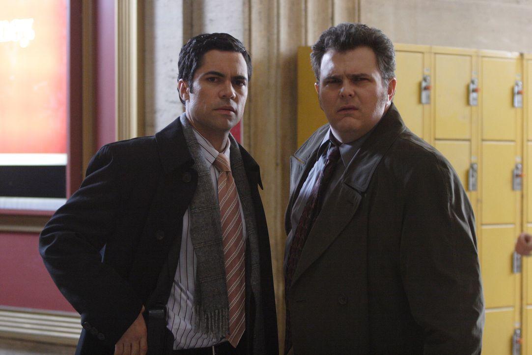 Beginnt für Det. Scott Valens (Danny Pino, l.) und Det. Nick Vera (Jeremy Ratchford, r.) ein Wettlauf mit der Zeit? - Bildquelle: Warner Bros. Television