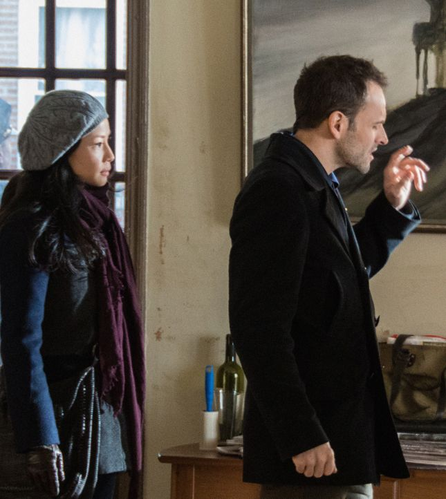 Während sich Sherlock Holmes (Jonny Lee Miller, r.) auf die Spuren des unberechenbaren Kriminellen Martin Ennis begibt, hat Joan Watson (Lucy Liu,... - Bildquelle: CBS Television