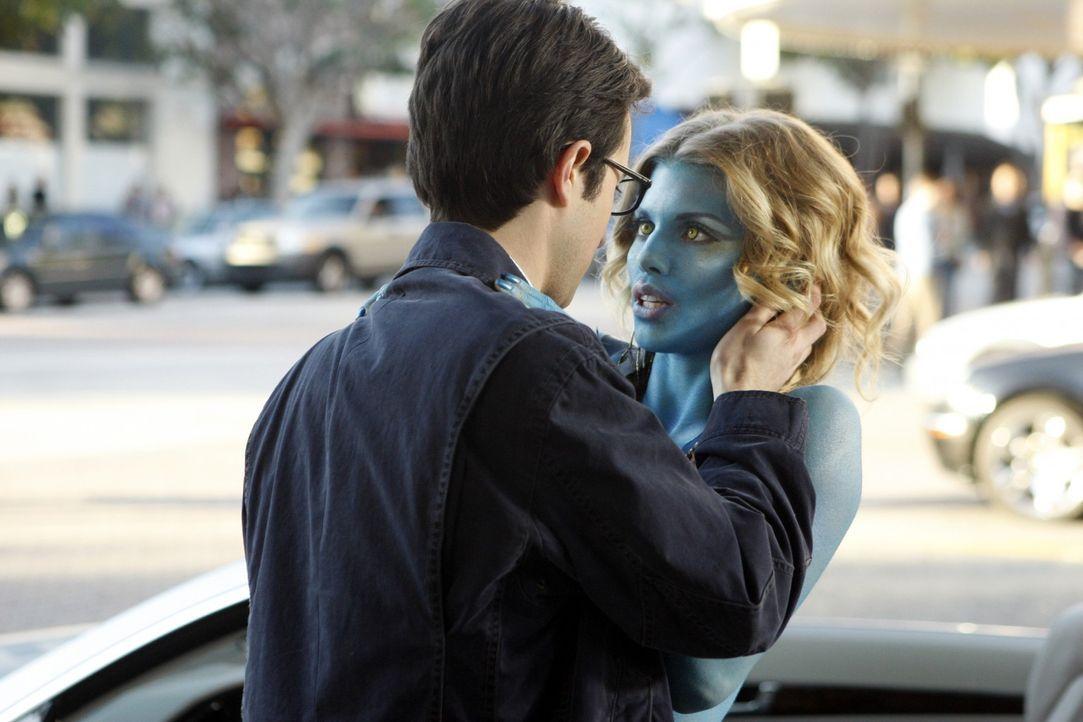 Naomi (AnnaLynne McCord, r.) kann es nicht auf sich sitzen lassen, dass Max (Josh Zuckerman, l.) ihr eine Abfuhr erteilt hat ... - Bildquelle: TM &   CBS Studios Inc. All Rights Reserved