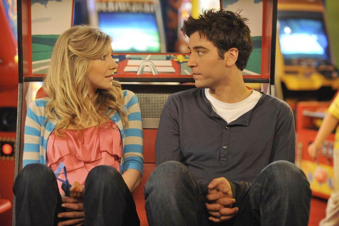 Ted (Josh Radnor, r.) weiß noch nicht alles über seine zukünftige Ehefrau Stella (Sarah Chalke, l.), aber er weiß, dass sie auf jeden Fall die Richt... - Bildquelle: 20th Century Fox International Television