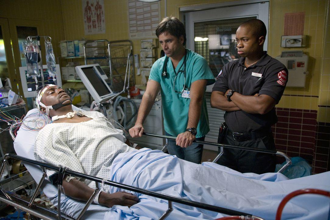 Die Explosion des Krankenwagens überlebt Dr. Gregory Pratt (Mekhi Phifer, l.) knapp. Dr. Tony Gates (John Stamos, M.) und Chaz Pratt (Sam Jones III... - Bildquelle: Warner Bros. Television