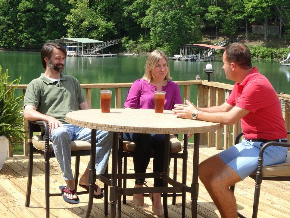 Nicht nur für die Reichen - Am Lewis Smith Lake, Alabama, probiert Immobilienmakler Justin Dyar (r.) für Leslie (M.) und Joseph (l.) ein bezahlbares... - Bildquelle: 2015,HGTV/Scripps Networks, LLC. All Rights Reserved