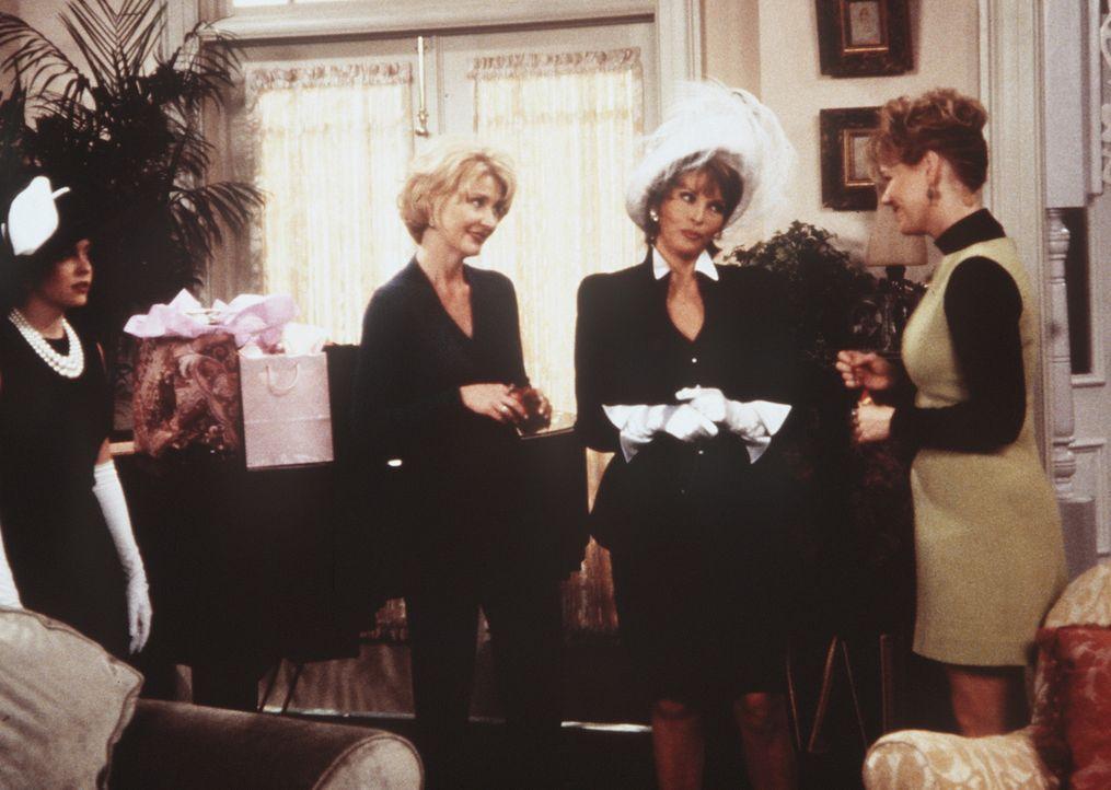 Zelda (Beth Broderick, 2.v.l.) und Hilda (Caroline Rhea, r.) sind gar nicht begeistert davon, dass Vesta (Raquel Welch, 2.v.r.) Sabrina (Melissa Joa... - Bildquelle: Paramount