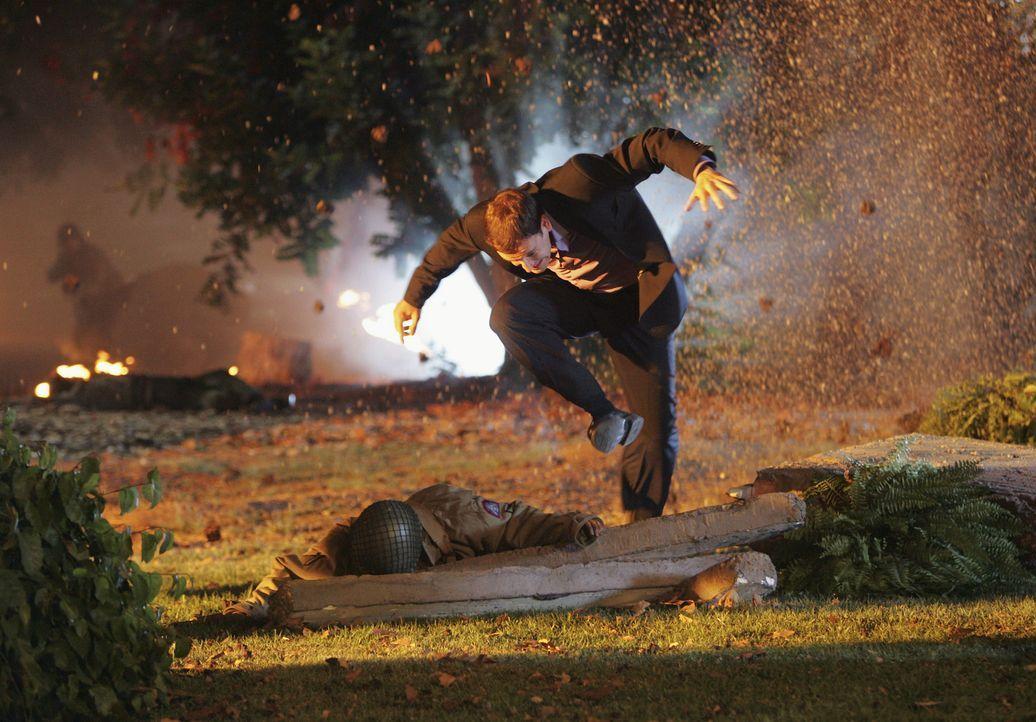 In seiner neuen Vision sieht sich Eli (Jonny Lee Miller) plötzlich auf einem Schlachtfeld kämpfen ... - Bildquelle: Disney - ABC International Television
