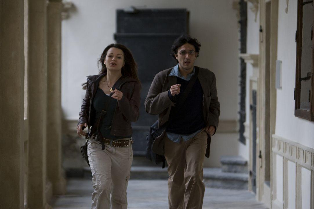Bei der Suche nach den Mördern ihres Vaters stoßen Johanna (Cosma Shiva Hagen, l.) und der Religionswissenschaftler Simon (Olivier Sitruk, r.) auf... - Bildquelle: ProSieben