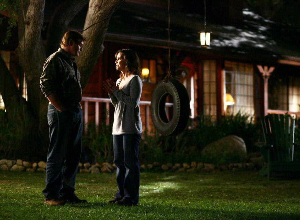 David (Treat Williams, l.) begleitet Nora (Sally Field, r.) auf die Ranch um dort ein paar Sachen zu holen ... - Bildquelle: Disney - ABC International Television