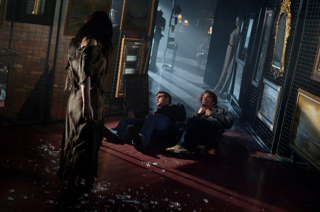 Sam (Jared Padalecki, r.) und Dean (Jensen Ackles, M.)  glauben, dass etwas Übernatürliches einen Mann bei der Betrachtung seines Spiegelbildes getö... - Bildquelle: Warner Bros. Television