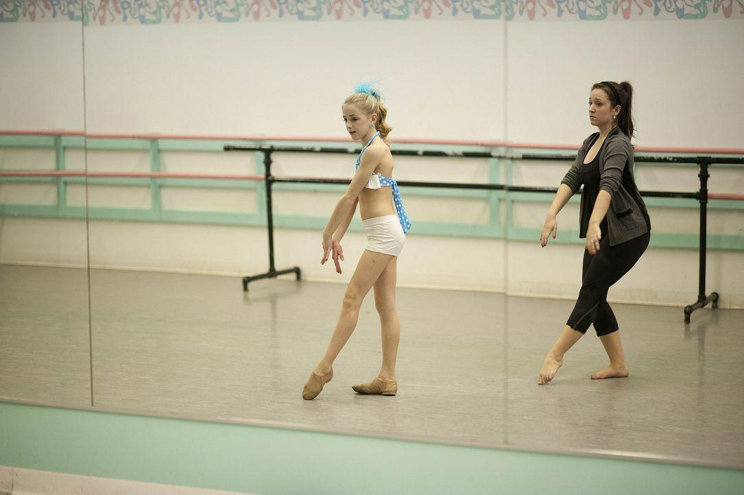 Letzte Vorbereitungen: Chloe (l.) beim harten Training ... - Bildquelle: Scott Gries 2012 A+E Networks