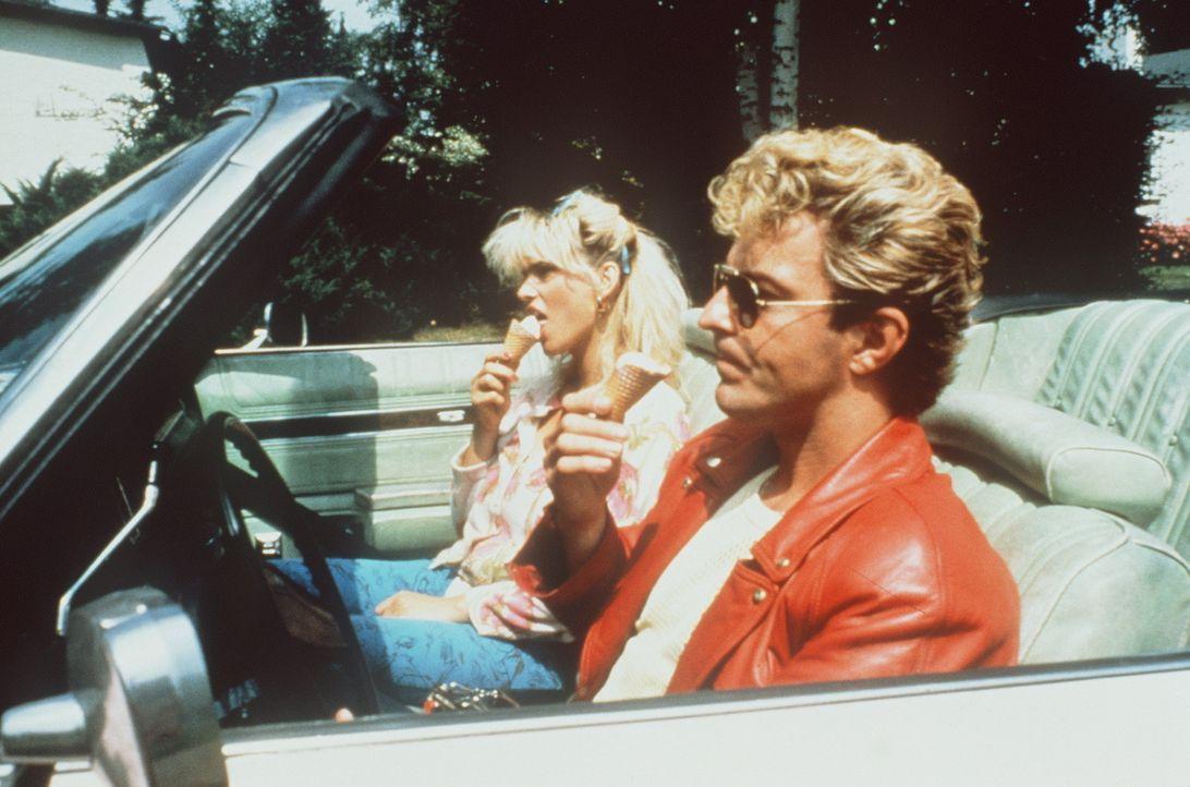 Kim (Tatjana Simic, l.) und Johnnie (Huub Stapel, r.) Flodder genießen ihr neues Leben in der feinen Gesellschaft, auch wenn sie von den meisten Na... - Bildquelle: Concorde Filmverleih GmbH
