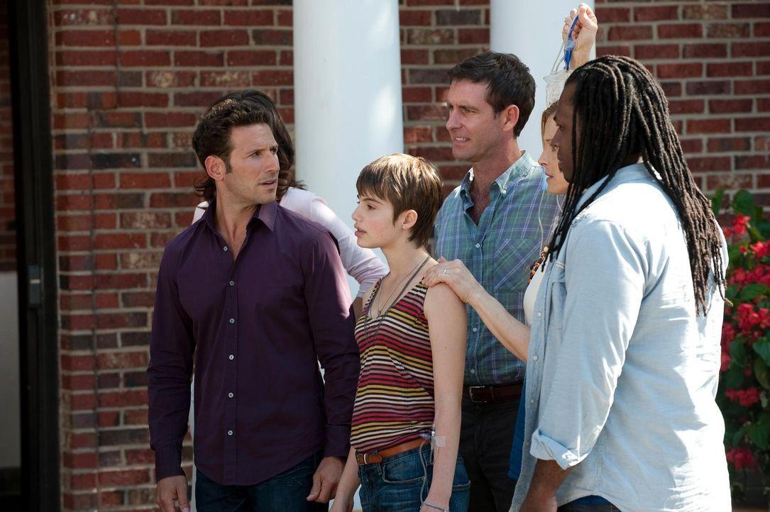 Dr. Hank Lawson (Mark Feuerstein, l.) kümmert sich um die junge Natalie (Sami Gayle, 2.v.l.), die unter Halsschmerzen und weiteren mysteriösen Sympt... - Bildquelle: 2010 Open 4 Business Productions, LLC. All Rights Reserved.