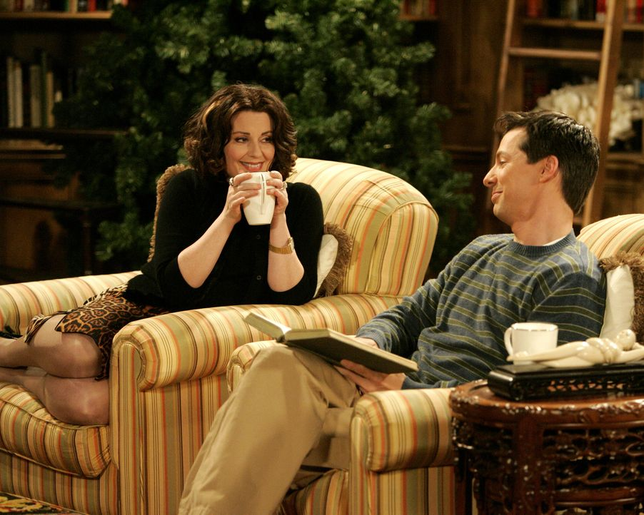 Ein Pläuschchen in Ehren kann niemand verwehren: Jack (Sean Hayes, r.) und Karen (Megan Mullally, l.) ... - Bildquelle: Chris Haston 2003 NBC, Inc. All rights reserved.