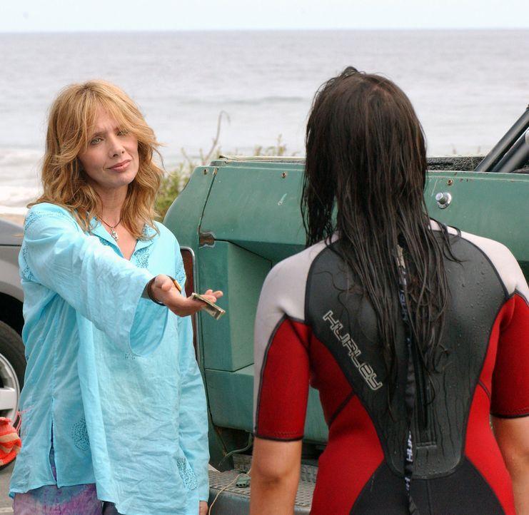 Erika (Taylor Cole, l.) ist völlig überrascht, als plötzlich ihre Mutter (Rosanna Arquette, r.) vor ihr steht ... - Bildquelle: CBS Television