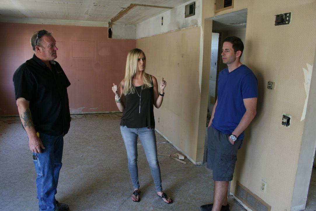 Ohne das Haus von innen gesehen zu haben, schlagen Tarek (r.) und Christina (M.) zu - doch das vernachlässigte Haus birgt so manch böse Überraschung... - Bildquelle: 2015,HGTV/Scripps Networks, LLC. All Rights Reserved