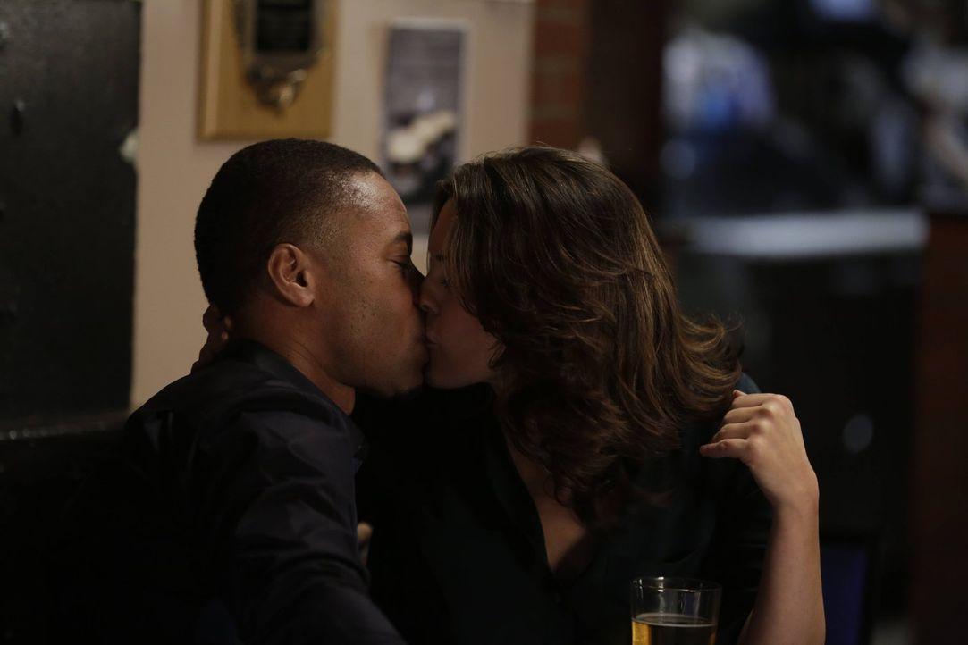 Durch Isaac (Cuba Gooding Jr., l.) fühlt Jo (Alana De La Garza, r.) das erste Mal, seit dem Tod ihres Mannes, wieder Liebe ... - Bildquelle: Warner Bros. Television