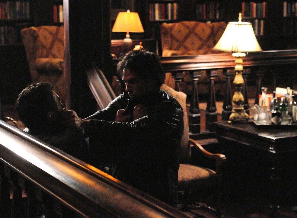 Damon (Ian Somerhalder, r.) kämpft gegen den fremden Vampir (Stephen Martines, l.), der ins Haus eingedrungen ist. - Bildquelle: Warner Bros. Television
