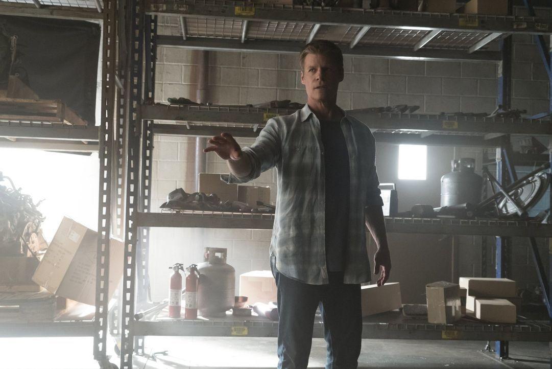 Damon stattet Peter Maxwell (Joel Gretsch) einen Besuch ab, mit dem Wissen, dass Sybil etwas von ihm will - nur was, weiß er noch nicht ... - Bildquelle: Warner Bros. Entertainment, Inc.