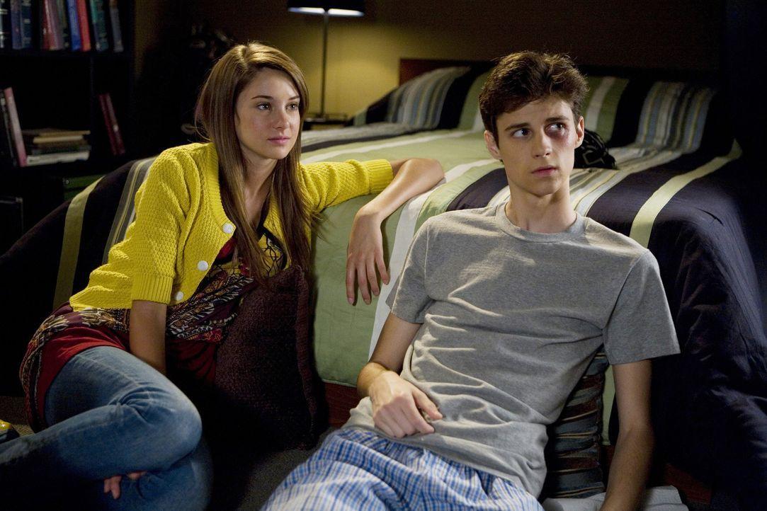 Ben (Kenny Baumann, r.) muss die schwangere Amy (Shailene Woodley, l.) wirklich lieben, sonst würde dieser Schwächling sich nicht für sie prügeln...... - Bildquelle: ABC Family