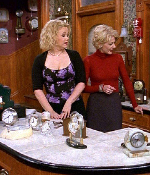 Hilda (Caroline Rhea, l.) und Zelda (Beth Broderick, r.) begutachten Salems Kostüm ... - Bildquelle: Paramount Pictures