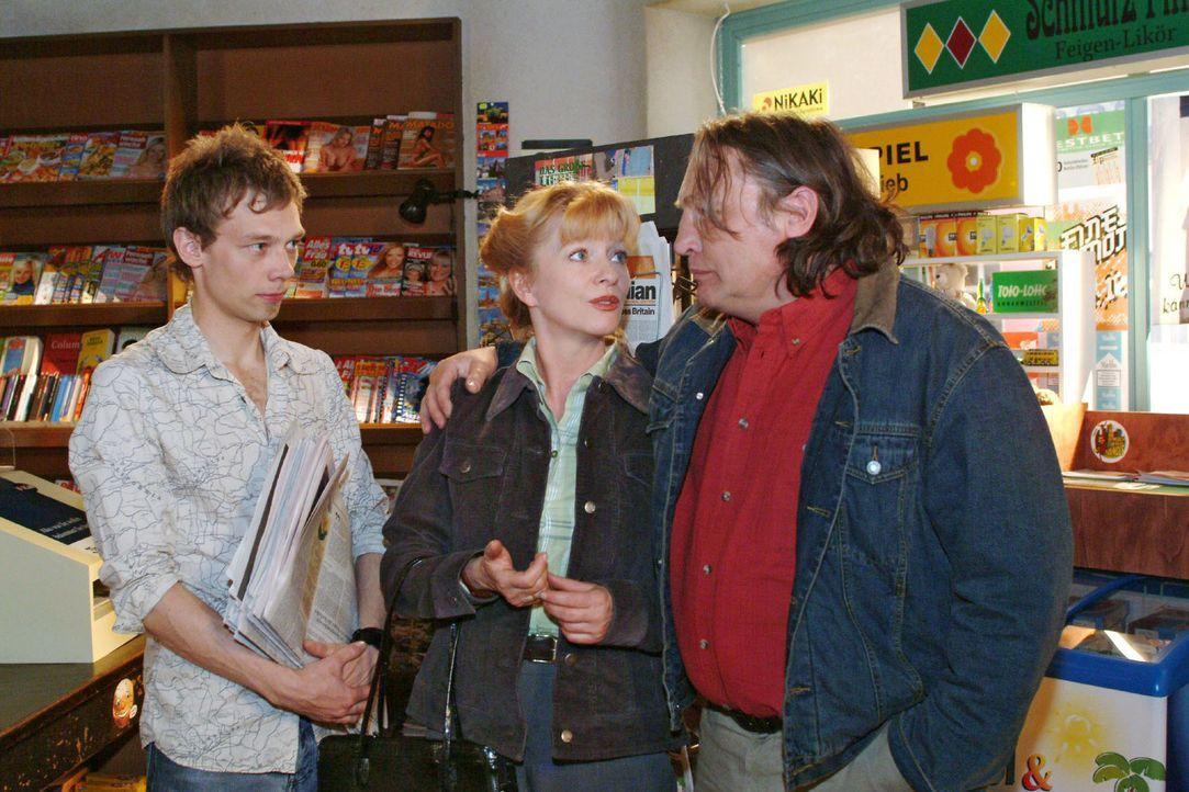 Helgas (Ulrike Mai, M.) Idee, eventuell Jürgen (Oliver Bokern, l.) im Kiosk unter die Arme zu greifen, stößt bei ihrem Mann Bernd (Volker Herold,... - Bildquelle: Sat.1
