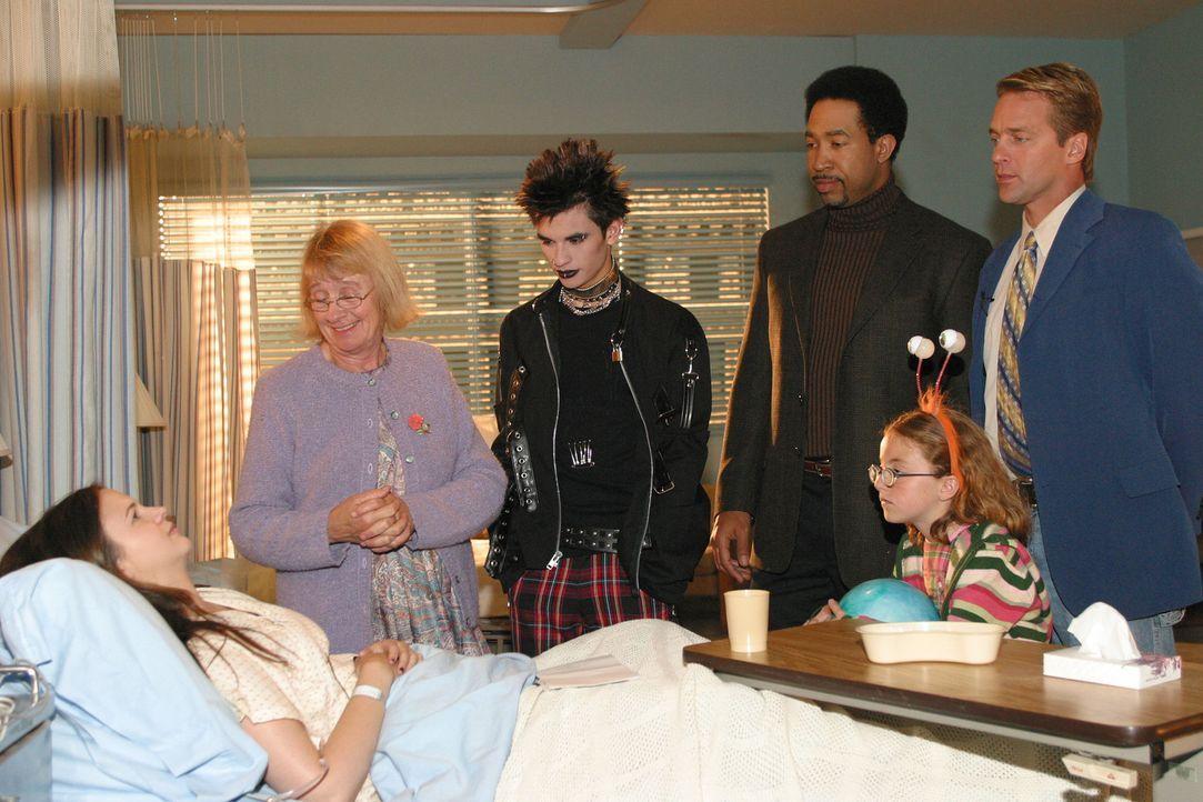 Joan (Amber Tamblyn, l.) leidet an Borreliose, die mit Hirnhautentzündung und Halluzinationen einhergeht. Als sie davon erfährt, ist sie völlig v... - Bildquelle: Sony Pictures Television