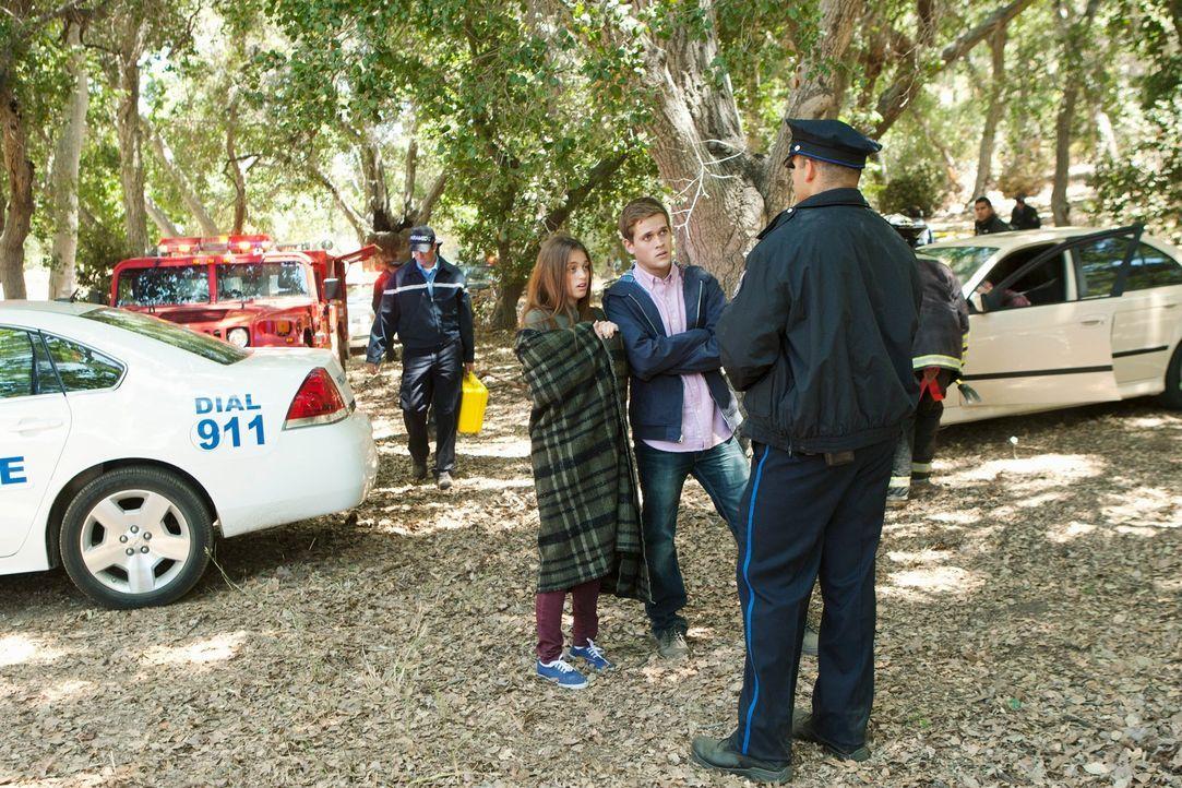 Das junge Paar (Alexandria Terry,  l. und Kevyn Ruiz, M.), das den toten Daniel Davidson in seinem Wagen gefunden hat, muss sich den Fragen der Poli... - Bildquelle: ABC Studios