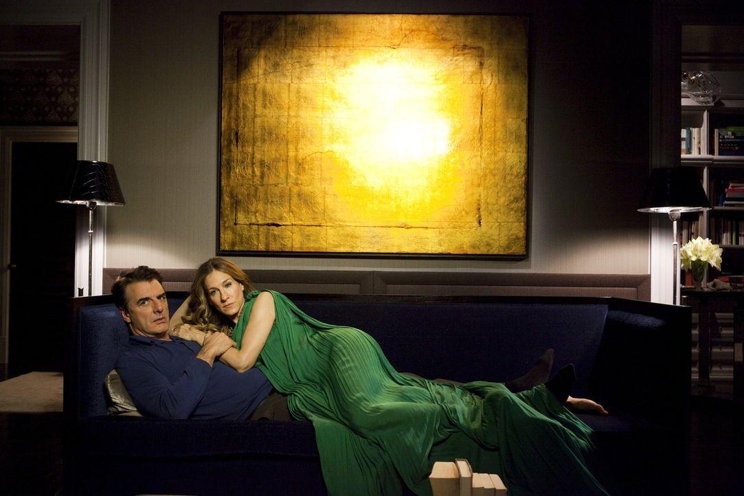 Carrie (Sarah Jessica Parker, r.) kann es nicht glauben, aber Big (Chris Noth, l.) verbringt lieber seine Abende vor dem Fernseher, als mit ihr die... - Bildquelle: Warner Brothers